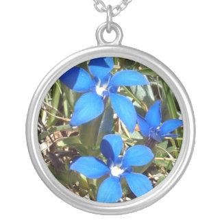 美しく青いリンドウの高山の花 シルバープレートネックレス