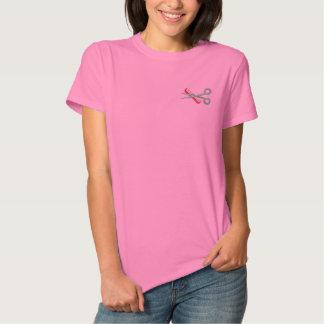 美容師によって刺繍されるワイシャツ 刺繍入りTシャツ
