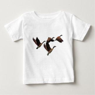 群で飛んでいるカナダのガチョウはデザインをからかいます ベビーTシャツ