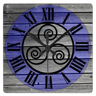 老化させた木製のイメージおよび青の集中させたTriskelion スクエア壁時計