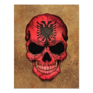 老化させ、擦り切れたなアルバニアの旗のスカル カード