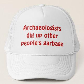 考古学者は他の人々の廃物を掘ります キャップ