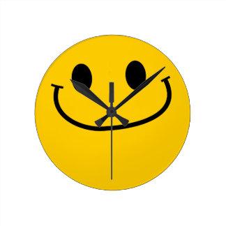 耳のにやにや笑いのスマイリーフェイスの柱時計への耳 ラウンド壁時計