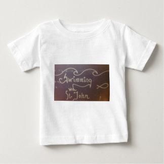 聖ヨハネのロゴのギアによって水泳 ベビーTシャツ