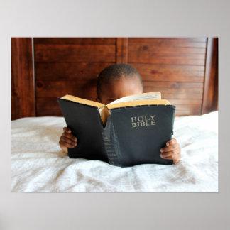 聖書を読んでいる男の子 ポスター