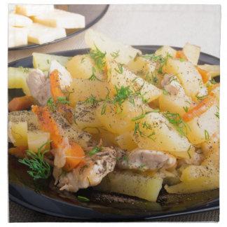 肉およびスパイスが付いているとろ火で煮られたポテトの皿 ナプキンクロス
