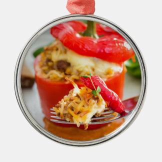 肉ソースおよびチーズが付いている焼いたで詰まったなコショウ シルバーカラー丸型オーナメント