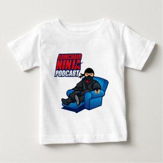肘掛け椅子の忍者のポッドキャストの乳児のTシャツ ベビーTシャツ