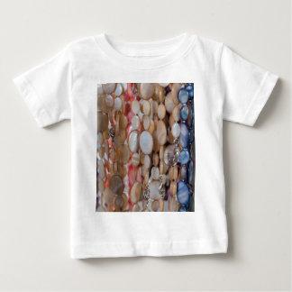 背景としてネックレス ベビーTシャツ