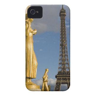 背景のエッフェル塔が付いている彫像、 Case-Mate iPhone 4 ケース