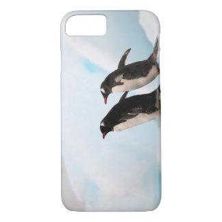 背景幕2が付いている岩が多い海岸線のGentooのペンギン iPhone 8/7ケース