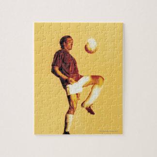 膝を離れたサッカーの選手のゴムボール ジグソーパズル