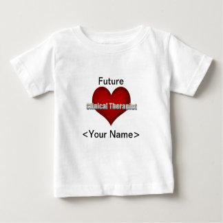 臨床セラピストのクロムフォントおよび赤いハート ベビーTシャツ