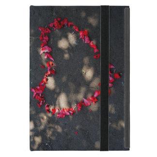 自然で赤いバラ、黒い背景がなすハート iPad MINI ケース