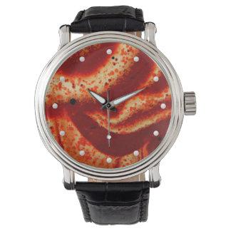 自然で赤い碧玉の宝石用原石のマクロ写真 腕時計