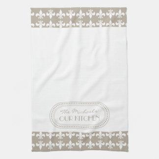 自然な|の白の(紋章の)フラ・ダ・リパターンモノグラム キッチンタオル