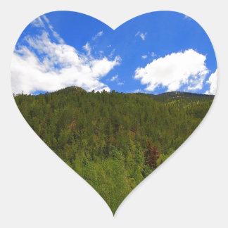 自然のスカイブルーの木の丘 ハートシール