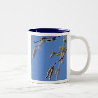 自然のマグ: 青空の春の木のcatkins ツートーンマグカップ
