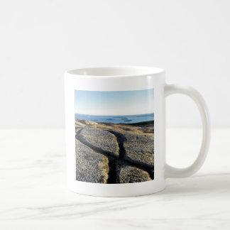 自然の石のひびのビーチの表面の花こう岩 コーヒーマグカップ