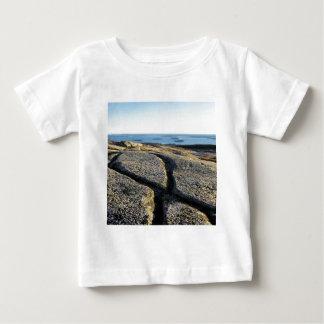 自然の石のひびのビーチの表面の花こう岩 ベビーTシャツ