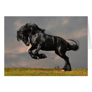 自由に走っている黒いFriesianの馬 グリーティングカード