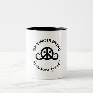 自由のロゴのマグ(2色; SpyDieFree) ツートーンマグカップ