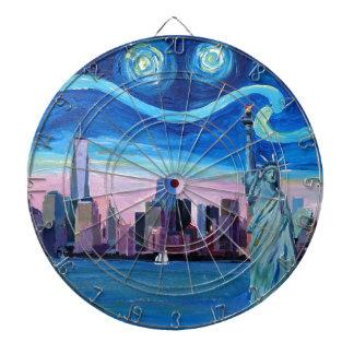 自由の女神が付いているマンハッタン上の星明かりの夜 ダーツボード