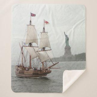 自由の島の近くのヴィンテージの帆船 シェルパブランケット