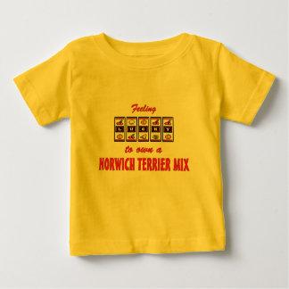 自身に幸運ノリッジテリアの組合せのおもしろい犬のデザイン ベビーTシャツ