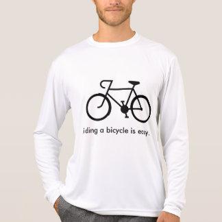 自転車に乗ることは容易です Tシャツ