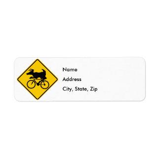自転車に乗るシカの交差のハイウェーの印 ラベル