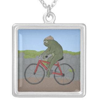 自転車のネックレスの紳士のカエル シルバープレートネックレス