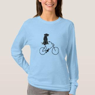 自転車のワイシャツに乗る黒いラブラドール Tシャツ