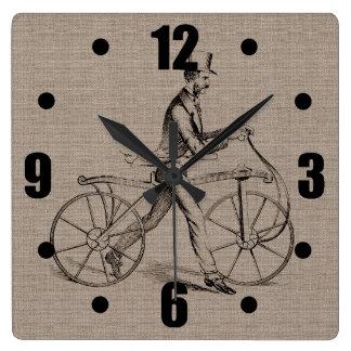 自転車のヴィンテージのSteampunkのスケッチのビクトリアンな人 スクエア壁時計
