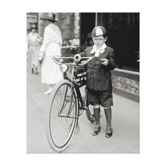自転車を持つ男の子、1922年 キャンバスプリント