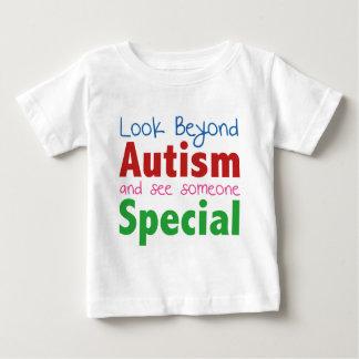 自閉症を越えて見、特別な誰かに会って下さい ベビーTシャツ