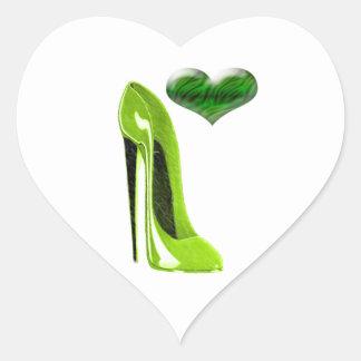 興味深なライムグリーンの小剣の靴および3Dハート ハートシール