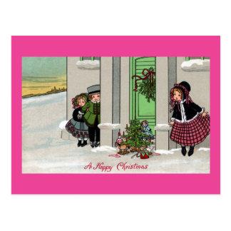 興奮する子供はクリスマスの驚きを待ちます ポストカード