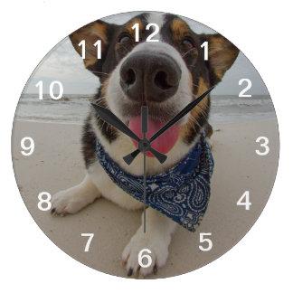 舌を搭載するかわいいコーギー ラージ壁時計