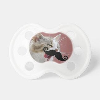 舌及び髭を搭載する生意気なショウガの虎猫猫 おしゃぶり