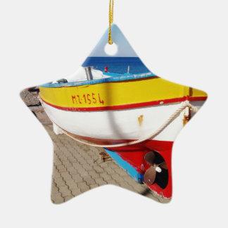 舗装で作成される古い漁船 セラミックオーナメント