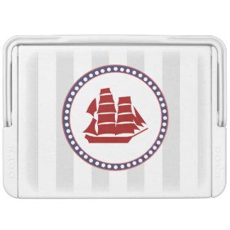 航海ので赤い船および灰色のストライブ柄のモノグラム IGLOOクーラーボックス