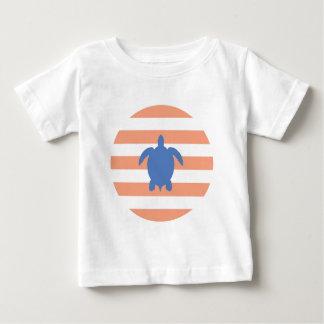 航海ので青いウミガメ及び珊瑚および白のストライプ ベビーTシャツ