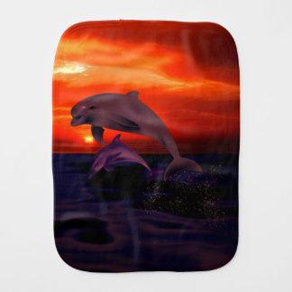 航海のな跳躍のイルカのオレンジ海の日没 バープクロス