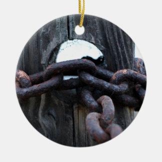 航海のな鎖-塀のポストのまわりの錆ついた鎖 セラミックオーナメント