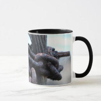 航海のな鎖-塀のポストのまわりの錆ついた鎖 マグカップ
