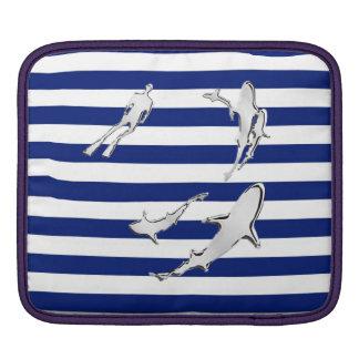 航海ののダイバーおよび鮫のシルエットは縞で飾ります iPadスリーブ