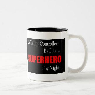 航空交通管制官のスーパーヒーロー ツートーンマグカップ