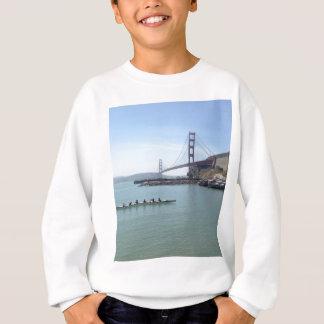 舷外浮材付きのカヌーが付いているゴールデンゲートブリッジのワイシャツ スウェットシャツ