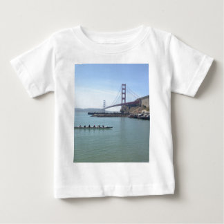 舷外浮材付きのカヌーが付いているゴールデンゲートブリッジのワイシャツ ベビーTシャツ